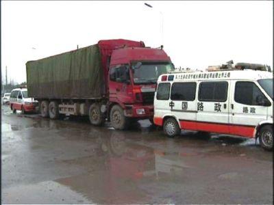 11月26日,两辆路政执法车仍堵住服毒女车主货车。央视截图