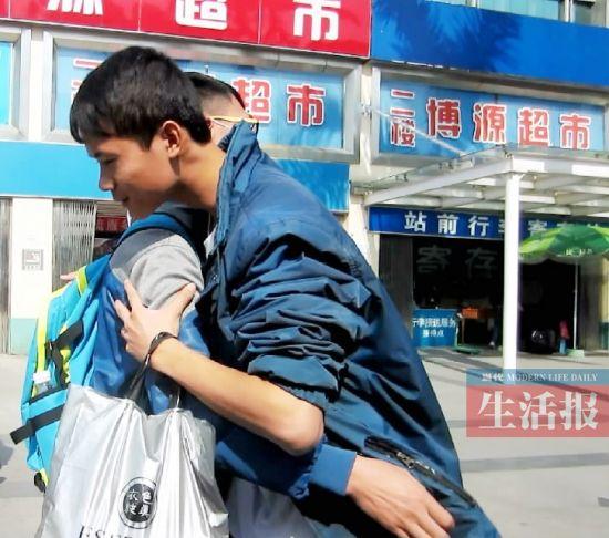 一位年轻小伙子爽快地给了李华(左)一个大大的拥抱。