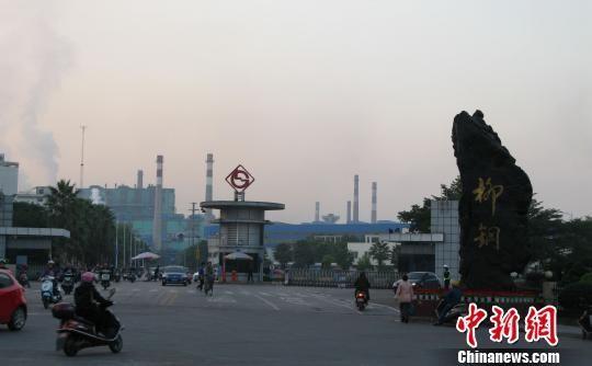 12月2日下午,柳州钢铁集团厂区大门,员工正下班。 蒙鸣明 摄
