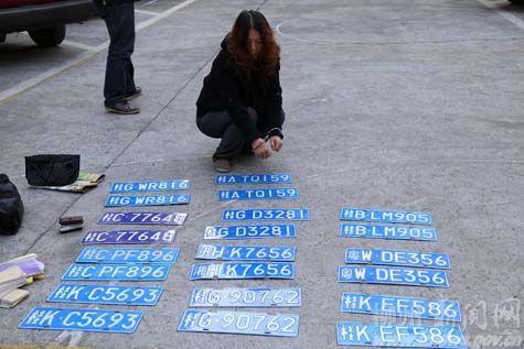 图为警方抓获这两名骗子时从车中搜出的11副假车牌。柳州晚报 通讯员 刘晓颖 摄