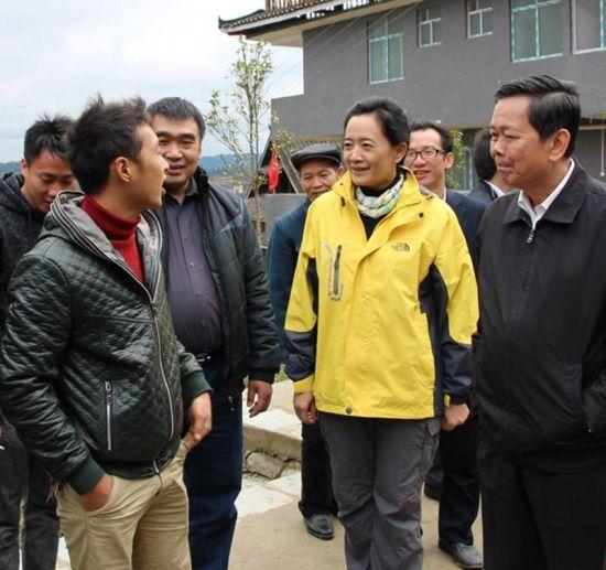 自治区人大副主任覃瑞祥、自治区工商局张虹局长在林略村与村民面对面交流。