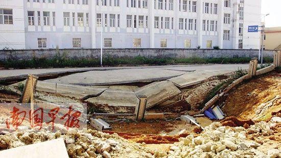 图为广西商贸技工学校工地塌陷坑最近处距师园学院教学楼仅数米。 南国早报 记者 陈维 摄