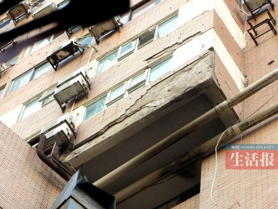 昨日,一大块外墙砖从近40米高的阳台上掉落。.jpg
