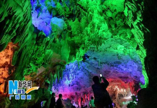 游客在洞内拍照