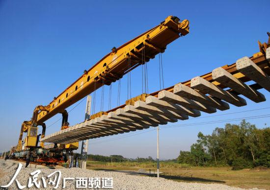 玉铁铁路铺设枕木。图片来源:人民网