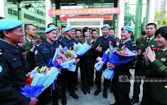 图为广西边防总队官兵与5名维和队员交流互动。 广西日报记者 何运斌 通讯员 石佰华 摄
