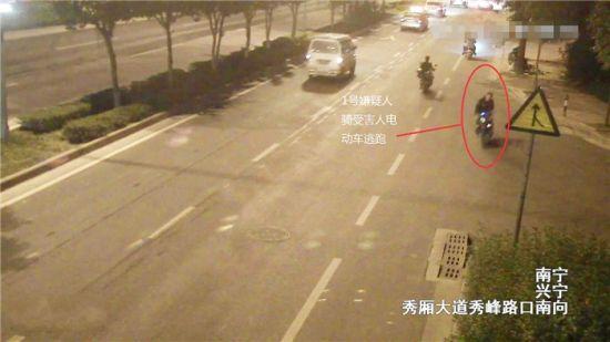 录像中骑车男子为1号嫌疑人。警方供图