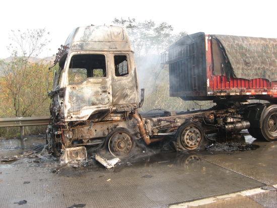 载40吨白糖的大货车发生自燃。