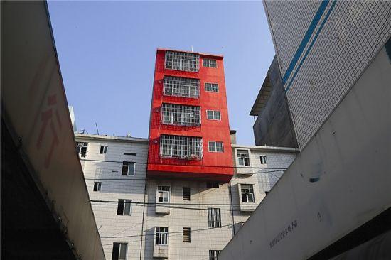 """南宁埌东六组一栋红色的""""楼大头""""。图片来源:南国早报"""