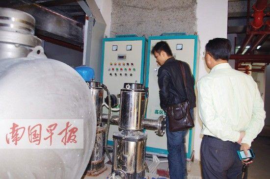 绿城水务、设备厂方技术人员检查小区供水设备。