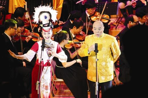 马定强(右)和王予嘉演唱彩调剧《刘三姐》选段