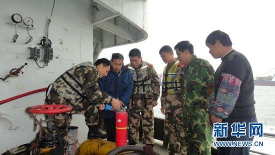 海警教渔民用灭火器。