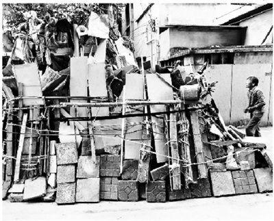 老人用几年的时间将自己的家外围围得像个堡垒。图片来源:北京青年报