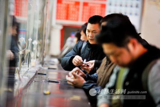 昨天下午,在桂林汽车总站售票大厅,排队购票的乘客要比平时多。桂林晚报记者 游拥军 摄