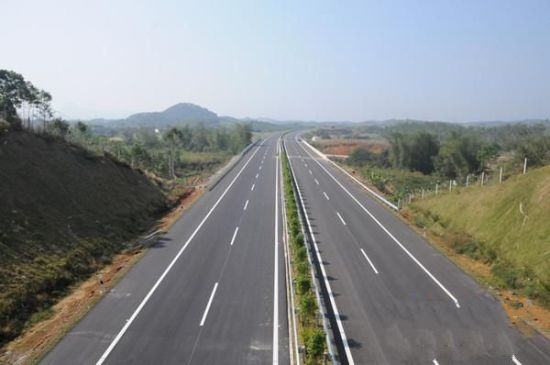 图为已完成建设的防东高速公路路段。颜 娜 摄