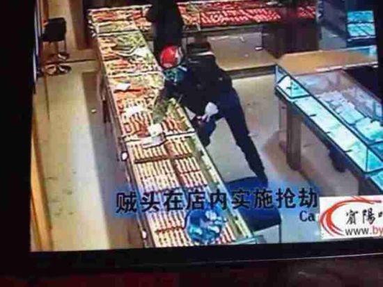金叶珠宝店的监控拍下了劫匪的作案过程。 图片为珠宝店所提供