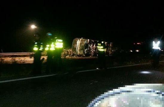 """救援人员正在事故现场救援。 网友""""柏油马路""""摄"""