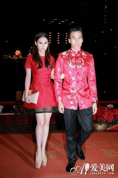 何超莲艳红色的连衣裙