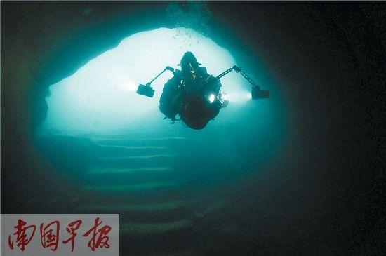 潜水员潜入地下河探险。马丁·法尔 摄