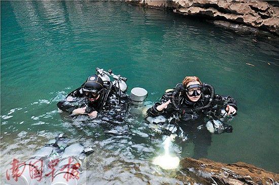 两名潜水员结束探险准备上岸。记者 蓝锋 摄