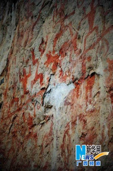 开裂剥落的花山岩面(12月13日摄)