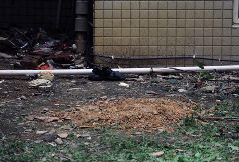 男子坠落点附近有翻新的黄土堆起来略高于地面。