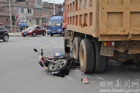 摩托车与大货车相撞骑手车底逃过一劫(图)