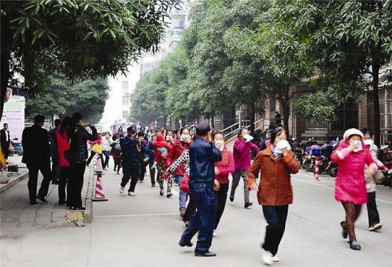 """""""火灾""""发生后,五一中路社区工作人员组织居民安全撤离。南国早报记者 贾经纬 摄"""