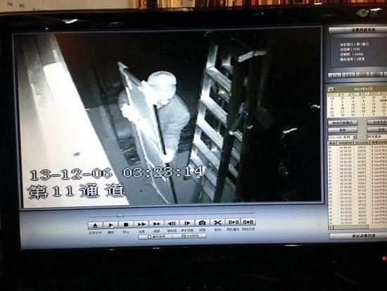 监控录像中,嫌疑人陆某最后出现的时候,扛着一幅大字画走向角落。