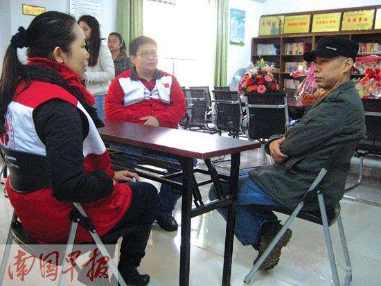 陈革斌和中国造血干细胞捐献者资料库广西管理中心人员商谈。记者 王春楠 摄