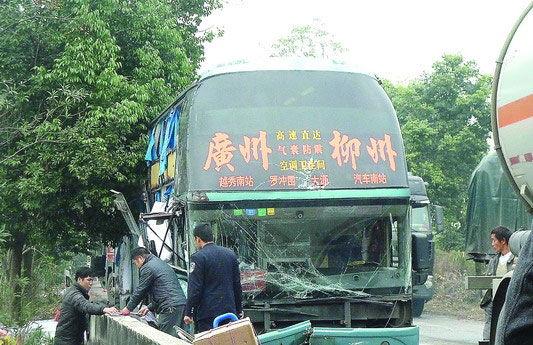 出事的大客车已经被吊车吊起。