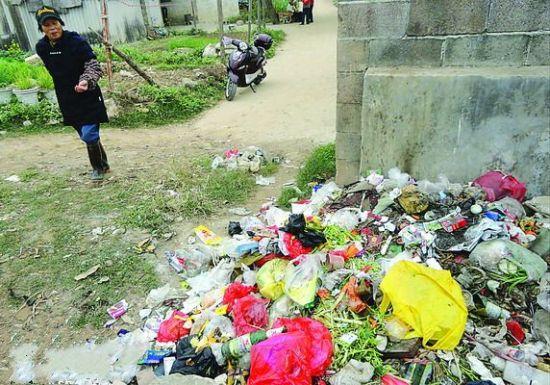 周边施工垃圾车难进 小区垃圾没清理发出恶臭(图)
