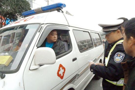 民警拦下救护车进行调查。南国早报记者 邓振福 摄