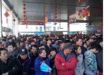 图为今日下午拍摄的天津空港一家4s汽车店内诸多市民持币抢购