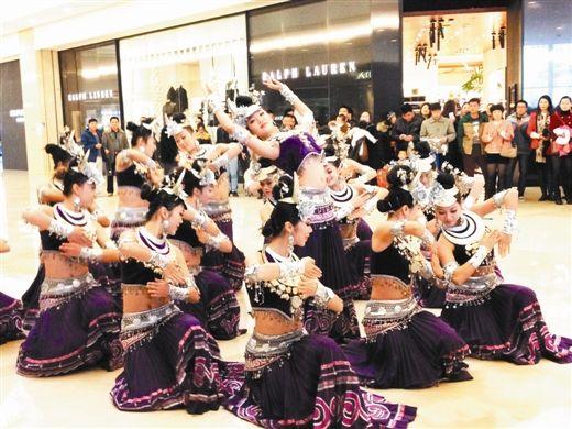 跳侗族响银舞的少女在商场里引人侧目