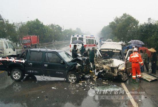 皮卡车与面包车损坏严重。桂林生活网 通讯员 刘彬倩 摄