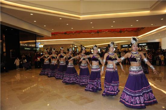 侗族响银舞少女起舞。