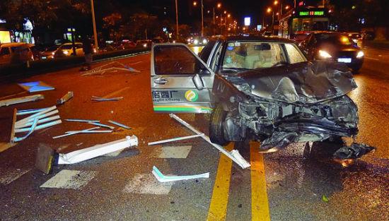 肇事车惨不忍睹,护栏散落一地。