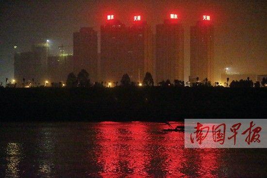 12月9日晚, 一艘电鱼船在南宁大桥一带出没。 南国早报记者摄