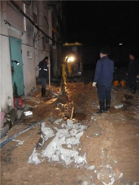 工作人员正在抢修被压坏的水管。