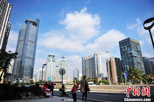 12月17日,被誉为中国生态城的广西首府南宁市遭受雾霾侵扰近半月后重现蓝天。中新社 蒋雪林 摄