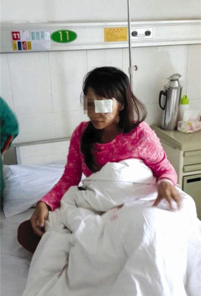 李女士伤心地坐在病床上。南国早报网-南国早报记者赵敏摄