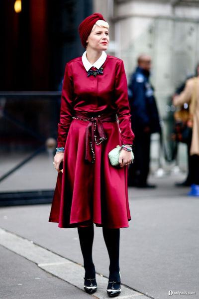 红色的亮面风衣外套搭配夺目的红色头巾