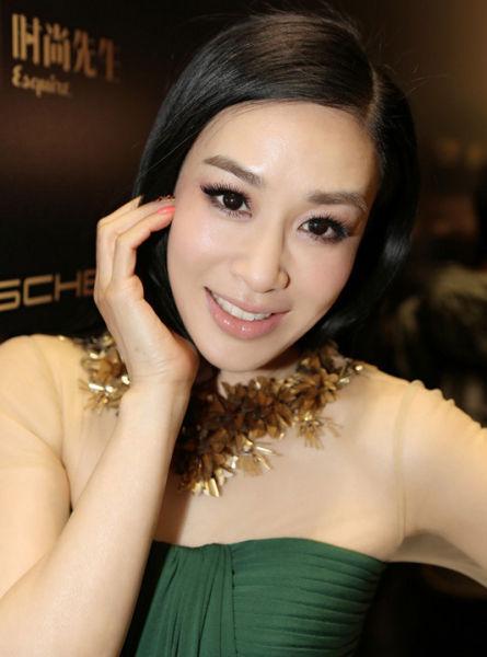 钟丽缇的减龄彩妆:卷翘长睫毛+丝滑底妆