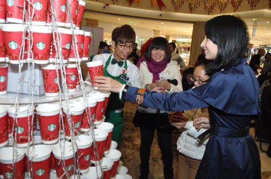 嘉宾共同点亮红杯圣诞树。