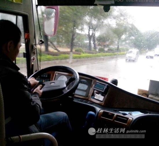 """图为该司机一边开车,一边低头看着手中的手机(视频截图,网友""""键盘上的音符""""提供)"""