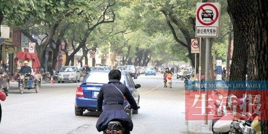 12月19日,南宁市建政路,在规定时间段内,一辆小车逆行。当代生活报记者 何学俏 摄