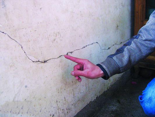 村民家中的房屋墙壁出现开裂现象。