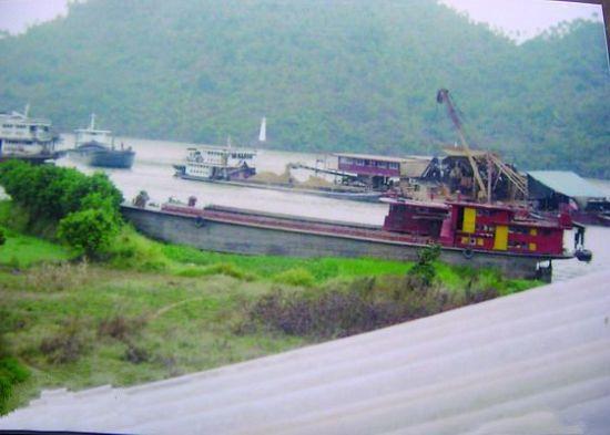 村民拍摄的砂船靠近岸边作业的图片。
