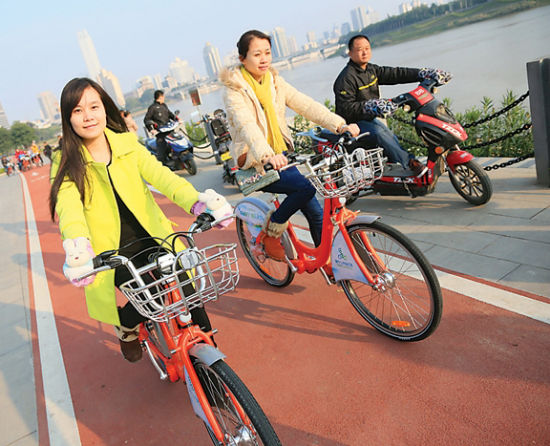 市民在民生广场体验公共自行车。 南国早报记者 邹财麟 摄